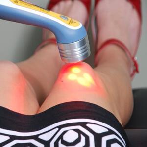 на фото изображено лечение сустава лазером